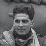 Photo de Richard (Dick)  Audet – Richard « Dick » Audet, du 411e Escadron de l'ARC, est devenu un as de l'aviation le 29 décembre 1944, lorsqu'il a abattu cinq chasseurs ennemis en une seule journée. Il pilotait l'aéronef de son ami, Jack Boyle, un DB-G (RR 201), selon le journal de bord. Sur cette photographie, M. Audet est posé avec son propre appareil, un Spitfire IX, DB-A (MK 950, codé R pendant un certain temps), dans lequel il a été tué alors qu'il mitraillait des locomotives le 3 mars 1945.