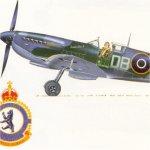 Photographie de l'aéronef – Un Spitfire IX (piloté par le capitaine d'aviation, Jack Boyle, de Burlington, en Ontario, décoré de la DFC et qui faisait partie du 411e Escadron de l'ARC) semblable à celui que pilotait Richard « Dick » Audet. M. Audet pilotait un Spitfire  IX, DB-A (MK 950, codé R pendant un certain temps), au 411e Esquadron, dans lequel il a été tué alors qu'il mitraillait des locomotives le 3 mars 1945. Veuillez noter l'emblème du 411e Esquadron.