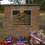 """Mémorial – """"La Colline 70 mémorial, érigé par le projet commémoratif du 15e Bataillon et la ville de Bénifontaine, a été dévoilé le 22 Septembre 2012. Le mémorial commémore les actions de la CEC 15e Bataillon, qui était sur l'extrême flanc gauche de l'assaut canadien sur la côte 70, le 15 Août 1917 et à la mémoire des membres du bataillon qui est tombé pendant la mission. Le monument se trouve sur ce qui était alors connu sous le nom Bois Hugo, dont le bataillon agressé, capturé et retenu contre répétées contre-attaques allemandes. """"  Photo soumise par l'équipe du projet Bataillon Memorial 15."""