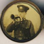 Photo de Frank Sanderson – Ce portrait est contenu dans un médaillon du CEC de la Première Guerre mondiale. Le nom de Frank Sanderson est écrit en arrière de la photo.