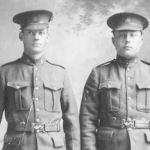 Photo de groupe – Henry Gray le soldat qui se trouve a la gauche.