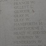 Inscription sur le Mémorial de la Porte de Menin (Ypres) – Inscription du nom d'Henry Gray et des noms des membres de son bataillon sur le panneau 28 de la Porte de Menin, Ypres (Belgique).