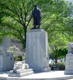 Monument commémoratif des Fils d'Angleterre – Conçu par Charles Adamson en bronze et en granit, le monument commémoratif des Fils d'Angleterre se trouve au coin de l'avenue University et de la rue Elm, à Toronto. L'inscription [TRADUCTION] : ÉRIGÉ PAR LES MEMBRES DE LA SOCIÉTÉ MUTUALISTE DES DISTRICTS DE TORONTO DES FILS D'ANGLETERRE À LA MÉMOIRE DES MORTS DE LA GRANDE GUERRE.