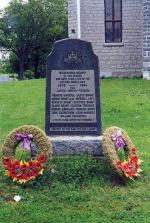 """Mémorial – Érigé par la ligue Kan-Yen-Cen, ce mémorial est dédié à la mémoire de ceux de la localité qui sont morts durant la Seconde Guerre mondiale.    [front/devant]   IN CHERISHED MEMORY OF OUR HEROES WHO GAVE THEIR LIVES IN THE SECOND WORLD WAR  1939 - 1945 FOR JUSTICE - HONOUR - FREEDOM   FRANCIS MARACLE - LLOYD BRANT - HURON BRANT M.M. - RUSSEL LOT - KENNETH BRANT - CLIFFORD BRANT - ELMER BRANT - CLINTON TOPPINGS - ROBERT ARMITAGE - HOWARD GREEN - JOHN CULBERTSON - JOHN MARACLE - WILLARD ZACHARIAH   """"THEIR NAME LIVETH FOR EVERMORE""""   ERECTED BY THE KAN-YEN-CEN LEAGUE"""