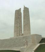 Inscription – Mémorial de Vimy, situé à environ 8 kilomètres au nord-est d'Arras, en France. Que le sacrifice de tant de ne jamais être oubliée. (J. Stephens)