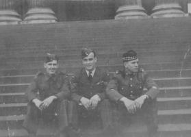 Photo de James Gordon Bennett – G-D Les frères Bennett, en Angleterre, en 1943. Richard, James et William. Soumis dans le cadre du projet : Operation Picture Me