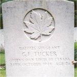 Pierre de Tombale  – Cette photo de la plaque funéraire de Sgt Tucker a été prise en juin 2003.