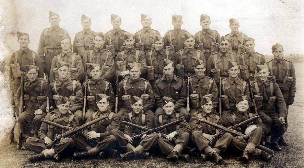 Photo de Groupe – Carabinier Joseph Delaney, matricule E-30320.  3e rangée à partir du bas, 6e soldat à partir de la gauche. Source: Bibliothèque d'image de l'Association des vétérans de Hong Kong.