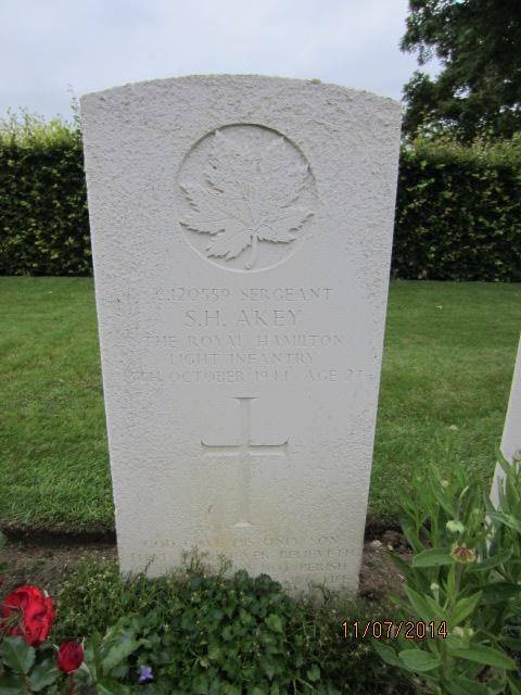 Grave marker– Grave marker for Stanley Harris Akey in Dieppe Canadian War Cemetery (Hautot-Sur-Mer), France. Image taken 11 July 2014 by Tom Tulloch.