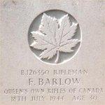 Pierre tombale – Cette photo de la plaque funéraire de Rfn Barlow a été prise par le Père Craig Cameron du QOR of C en juin 1997.