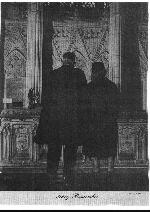 Photo de Harry et Sylvia Kimmel (Père et Mère) – Harry et Sylvia Kimmel regarde les Livres du Souvenir dans le Chapelle du Souvenir  situer dans le tour de la Paix sur la Colline du Parlement.  Photo de The Legionary Magazine décembre 1961.