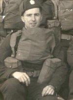 Photo de Sydney Willis – Le carabinier Willis s'est engagé en novembre 1941 dans le deuxième bataillon (réserve) des Queen's Own Rifles. Après une formation de base, il a été envoyé au premier bataillon, en Angleterre, en 1942.  Willis a débarqué le jour J avec Able Coy, du régiment, et a survécu à la bataille de Normandie jusqu'à ce qu'il soit tué au combat au bois de  Quesnay, au nord de Falaise.