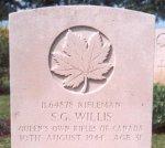 Stèle funéraire – Cette photographie de la stèle funéraire du carabinier Willis, au cimetière de Bretteville, a été prise par l'aumônier militaire Craig Cameron (QOR of C) en juin1997.
