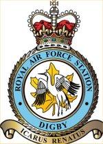 Insigne de station – John Gillespie Magee Jr n'était qu'un des nombreux membres des Forces canadiennes ayant servi à Digby. Le premier des escadrons canadiens, l'escadron no 402, est arrivé ici en décembre 1940, marquant ainsi le début d'un partenariat entre la Royal Air Force et l'Aviation royale du Canada qui dure depuis ce temps. La station est devenue le RCAF Digby en septembre 1942 et l'est demeurée jusqu'à la fin de la guerre (d'où l'inclusion d'une feuille d'érable dans l'insigne de notre station). Pas moins de 13 escadrons de l'ARC manoeuvrent à partir de Digby et de ses stations-satellites, faisant voler leurs avions de chasse jour et nuit.