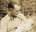 Photo de Eugene Hurshman – Cette photo a été prise quelques jours avant que l'oncle Gene quitte pour aller à la guerre. Le bébé est ma mère, Edna Jean (Hurshman) Hiltz. Elle est née le 7 mai 1944 et a été nommée Edna, comme la fiancée de de mon oncle Gene.