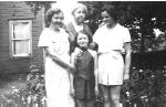 Photo familial – De gauche à droite: la soeur de F. T. Peters, Mary Helen Dewdney, sa mère, Bertha Peters, et ses nièces, Dee Dee Dewdney McBride et Eve Dewdney Fingland, vers 1930.