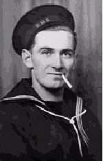"""Monument – """"Allan vêtu de son uniforme.""""  Originaire de Terre-Neuve  Commémoré au Mémorial naval de Lowestoft, Suffolk, Royaume-Uni"""