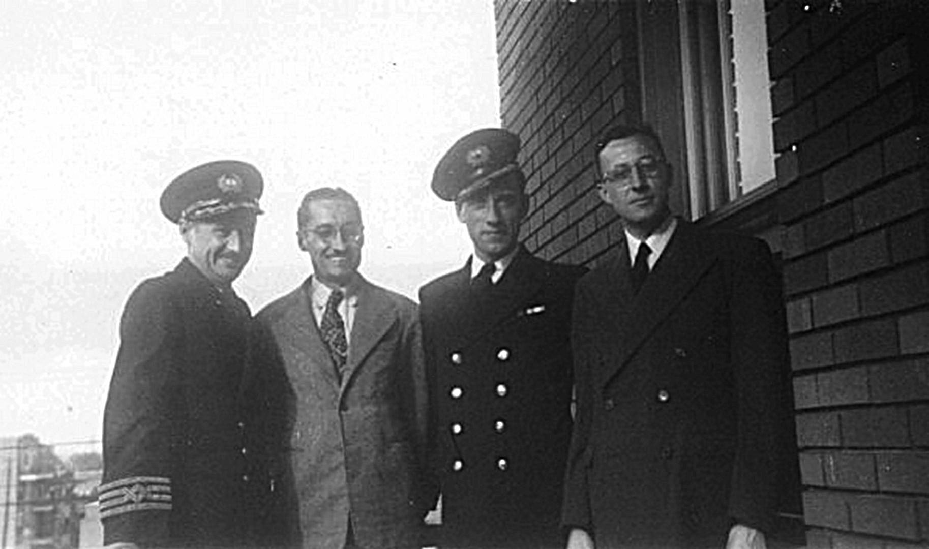 Photo de Groupe – Photo prise vers 1937 et montrant les 4 frères Ouellet. De gauche à droite : Capt. J. Alfred, Léo, J. Albert et Jean-Marie. Non montré sur la photo leur unique soeur Anette