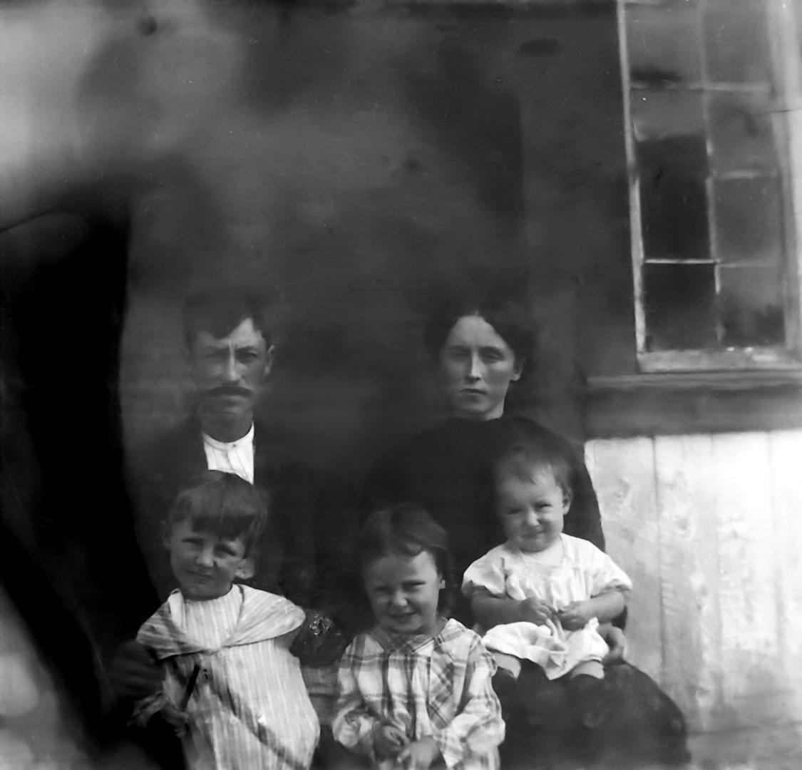 Photo de Famille – Les 5 enfants Ouellet sont nés à Cacouna. Leurs parents étaient Michel Ouellet, cultivateur et Marie Desjardins-Roy Sur la photo (en plus des parents), de gauche à droite: J. Alfred, Anette et Léo.