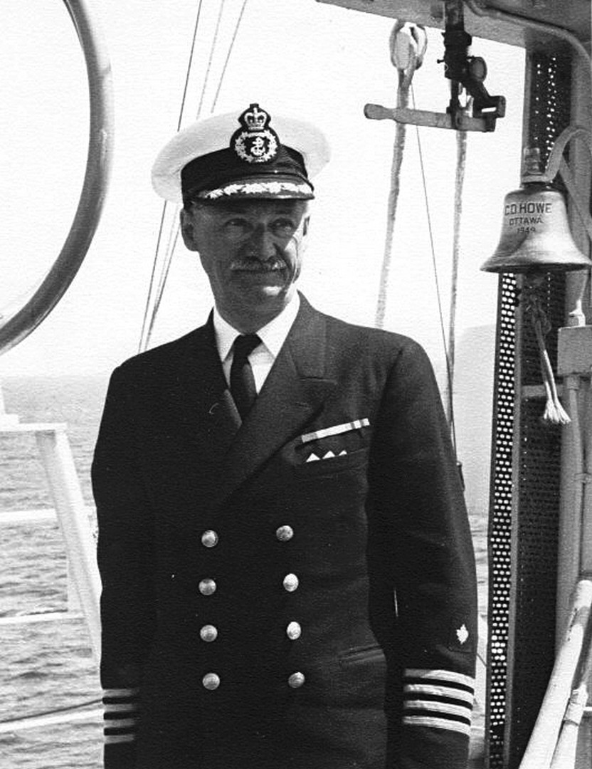 """Photo de Capt. J.-Alfred Ouellet – Le Capt. J.-Alfred Ouellet, frère d'Albert, a connu une belle carrière de marin qu'il débute à l'âge de 16 ans sur le """"H. M. C. S. Margaret"""". Puis il navigue plusieurs années dans la marine marchande côtière et au long cours comme Capitaine de navire. Médaillé de guerre ( Star, Atlantic Star, Guerre 39-45), il termine sa carrière comme Capitaine du brise-glace """"N.G.C.C. D'Iberville"""", au service de la Garde-Côtière Canadienne. Le détail de sa prolifique carrière est déposé aux archives du Musé Naval de Québec."""