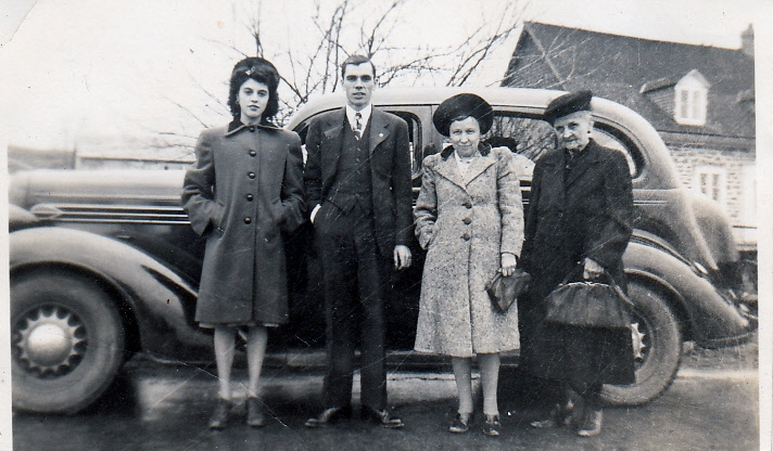 Photo de Groupe – De gauche à Droite: Germaine Moisan (soeur d'Albert). Albert, Ermeline Drouin (Moisan) (mère d'Albert) et une personne non identifiée à droite.