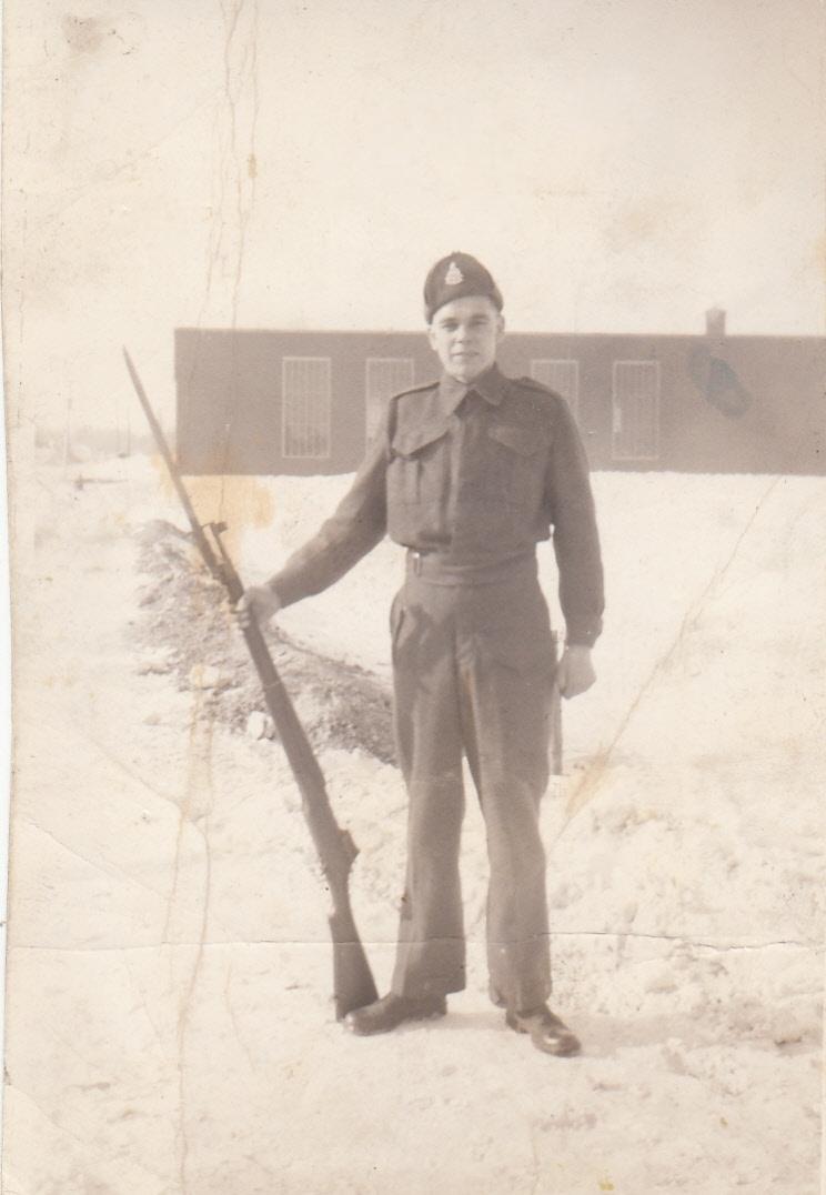 Photo de ALBERT MOISAN – Albert Moisan en uniforme avec un fusil en 1942