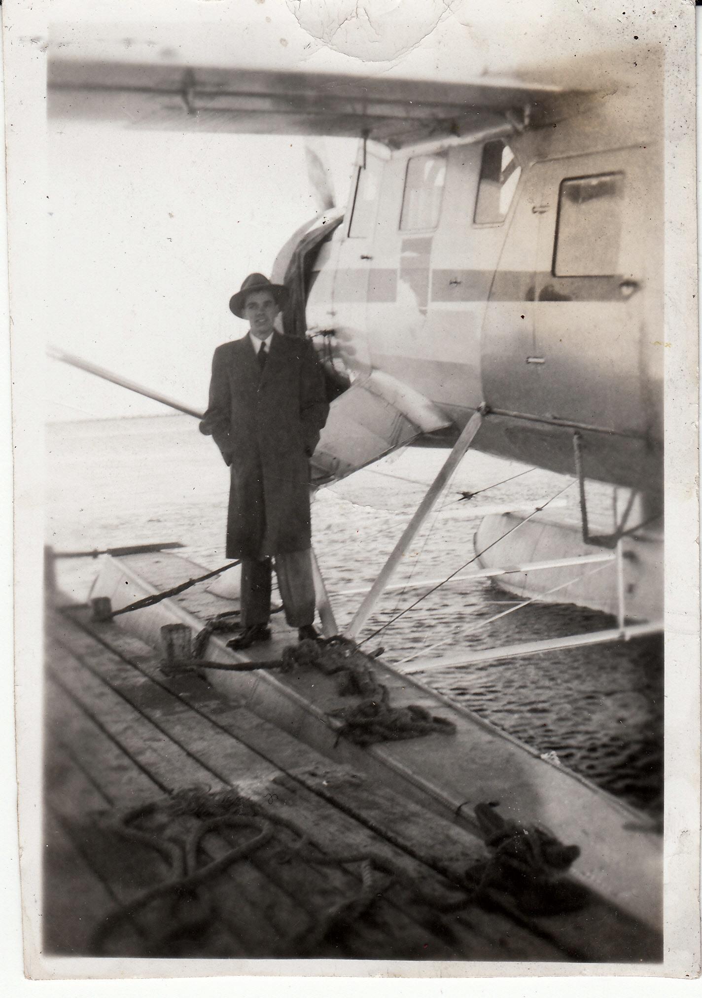 Photo de ALBERT MOISAN – Albert Moisan au côté d'un hydravion.
