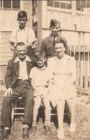 Photo de Cyril Armstrong Dean – Famille Dean en 1941 arrière rangée G-D, Art et Cyril. La première rangée, Joe, Doug et Flo. Soumis dans le cadre du projet : Operation Picture Me