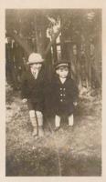 Photo de Cyril Armstrong Dean – Cyril (gauche) et Art (droite). environ 1928. Soumis dans le cadre du projet : Operation Picture Me
