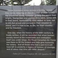 Mémorial – Les commentaires de Père J Lardie gravés sur le Monument commémoratif de Bomber Command à Nanton, en Alberta. Photo offerte par Marg Liessens.