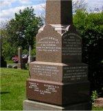 Cimetière – Le Lieutenant Malloch Gibson est commémoré sur le monument de la famille Gibson au cimetière d'Hamilton à Hamilton (Ontario). Sur cette photo, le monument de la famille est le grand obélisque de granite à droite. L'autre monument, soit la dalle sur laquelle se trouve une croix celtique, a également été dédié à la mémoire du Lieutenant Gibson. Il a été érigé par les officiers du 48th Highlanders of Canada.
