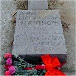 Pierre Tombale – Monument spécial érigé par les officiers du 48th Highlanders of Canada à la mémoire du Lieutenant Malloch Gibson. Il est situé à côté du monument de la famille Gibson au cimetière d'Hamilton, à Hamilton (Ontario).
