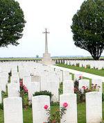Cimetière – Le cimetière de la route d'Arras, située à Roclincourt, à environ 5 kilomètres de Vimy Memorial du Canada en France. (John & Anne Stephens 2013)