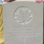 Pierre tombale – Mavis et Pat, les soeurs de Reg, visitent le cimetière Brookwood en 2005 pour rendre hommage à leur frère. C'était leur première occasion de visiter sa tombe.