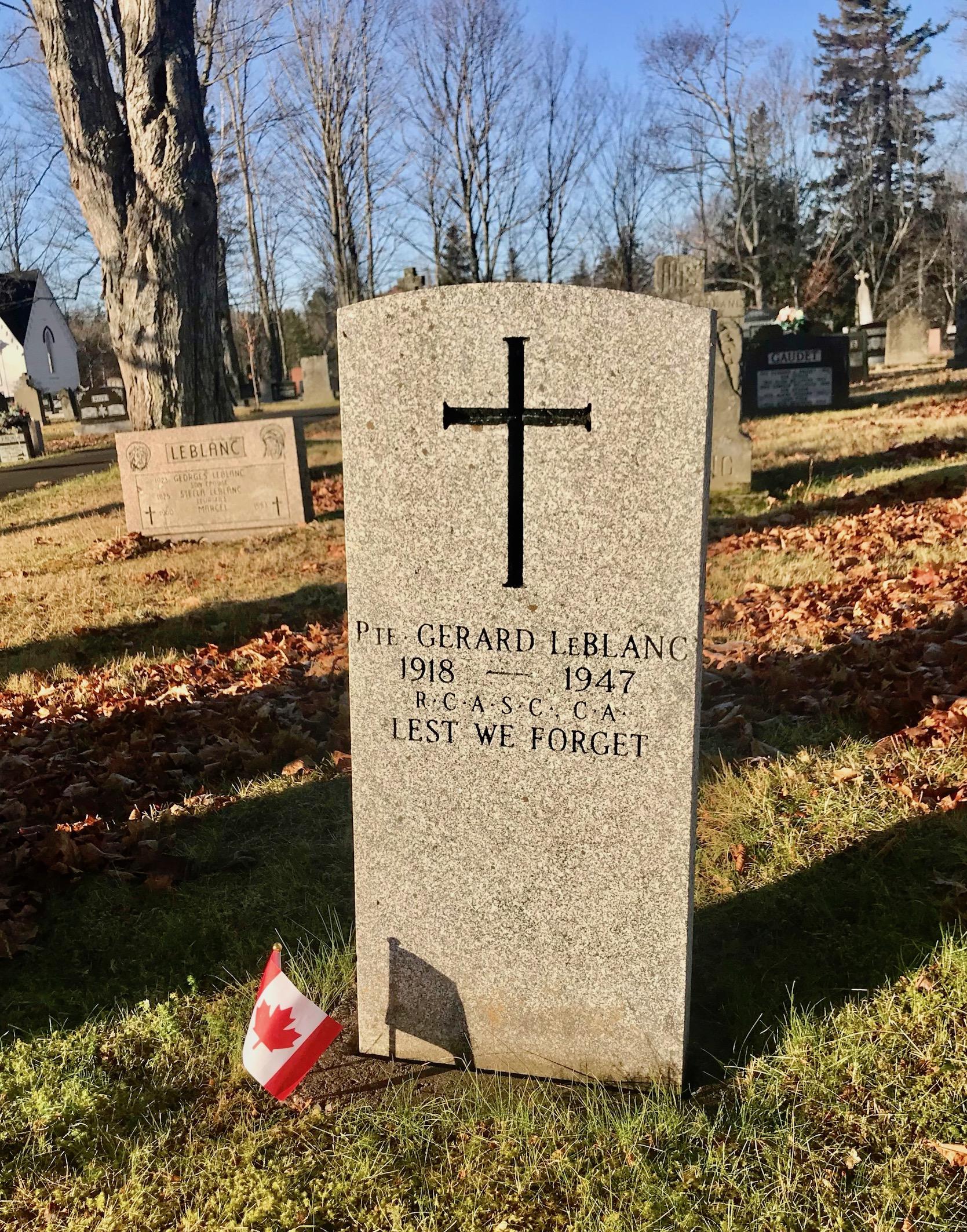 Pierre tombale – Pierre tombale du Sdt Gérard Amedée LEBLANC située au cimetière Saint-Joseph (St. Thomas), Memramcook NB, Canada. (Crédit photo: Captain (Ret'd) E.L.L. Gaudet, CD)