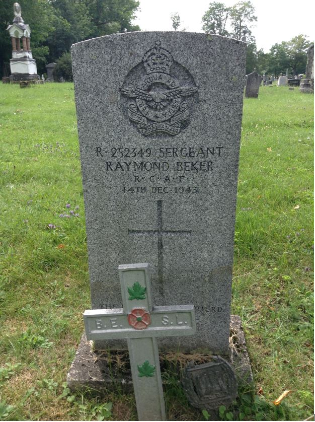 Pierre tombale – Une photo de la pierre tombale de Raymond Beker au cimetère Maplewood à Windsor, Nouvelle-Écosse, Canada.