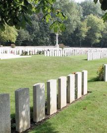 Cimetière Canadien No 2 – Cimetière canadien no 2 - Le cimetière canadien no 2 est situé sur la crête de Vimy et est attaché à la base de Vimy Memorial du Canada. Le cimetière est à environ 6 kilomètres au nord d'Arras, en France. (John & Anne Stephens 2013)