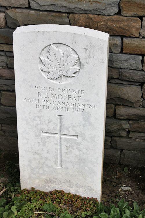 Pierre Tombale – Cimetière canadien no 2 - Le cimetière canadien no 2 est situé sur la crête de Vimy et est attaché à la base de Vimy Memorial du Canada. Le cimetière est à environ 6 kilomètres au nord d'Arras, en France. (John & Anne Stephens 2013)