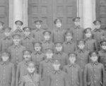 Photo de groupe – Mon grand oncle William Henry est le quatrième à droit dans le rang en haut.