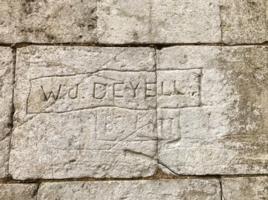 Photo de WILLIAM JOHN DEYELL – Lors de son séjour dans le village de Béthonsart, Pas-de-Calais, William John Deyell a gravé son nom sur un mur donnant sur la route qui traverse le centre du village. Photo prise le 17 avril 2019.