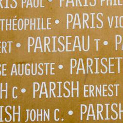 Mémorial – Inscription du nom de Thomas Pariseau sur l'Anneau de la Mémoire à la nécropole Notre-Dame-de-Lorette, Nord-Pas-de-Calais, France.