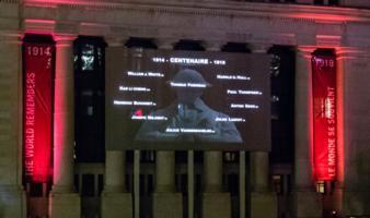 """Mémorial – Affichage du nom de Thomas Pariseau le 27 septembre 2018 à 21h57 dans le cadre de l'initiative """"Le monde se souvient"""". Photo prise à Ottawa, ON."""
