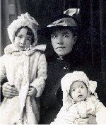 Photo de Famille – Photo officielle prise en 1916 de Bessie, l'épouse de Henry, avec ses deux filles.  Mary à sa gauche qui est âgé de 92, habite à Durban, en Afrique du sud.  Annie à sa droite est morte en 2006 à Sydney, en Australie, a l'âge de 90. Bessie est morte au Royaume-Uni en 1965 à l'âge de 77.