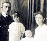 Photo de Famille – Henry et ses filles, Mary et Annie, et sa femme Bessie en 1916.