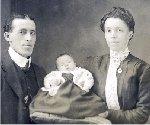 Photo de Famille – Henry et sa fille Annie ainsi que sa femme Bessie en 1916.