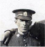 Photo de Groupe – Henry, 2e à gauche, avec le sergent instructeur pendant l'entraînement dans le 222e Bataillon du Corps expéditionnaire canadien. On ne connaît pas le nom des autres personnes.