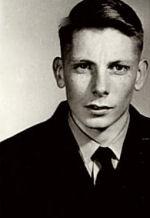 Aviateur-chef John Garry McDougall – Aviateur-chef John Garry McDougall en habit de service.