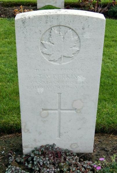Pierre tombale – Photo fournie gracieusement par Wilf Schofield de  Angleterre.