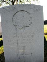 Pierre Tombale – Le Cimetière des chemins de fer Dugouts Burial Ground, situé à environ 3 kilomètres au sud d'Ypres, en Belgique. Puissent-ils reposer en paix. (J. Stephens)