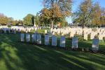 Le Railway Dugouts Burial Ground – Le Cimetière des chemins de fer Dugouts Burial Ground, situé à environ 3 kilomètres au sud d'Ypres, en Belgique. Puissent-ils reposer en paix. (J. Stephens)